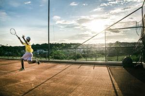 テニスをする少年