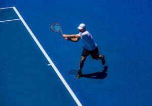 プロテニス選手がショットを打つ瞬間